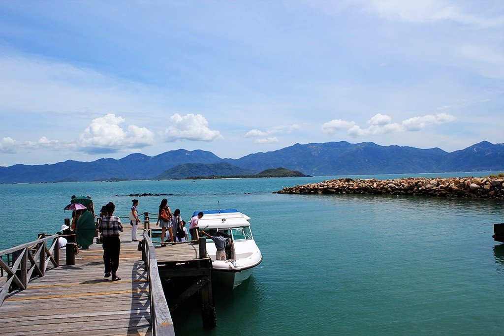 Passenger can choose canoeing to go to Ninh Van Bay faster.